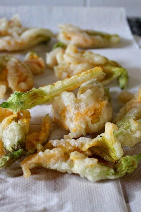 Fiori di zucca fritti.